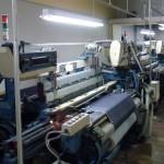 桃太郎ジーンズ見学レポート(6)旧式力織機が動いているガラス張りの織物工場